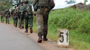 Sur cette image de 2013, des soldats de l'armée congolaise se déplacent vers la ligne de front des combats avec les Allied Democratic Forces (ADF), à Eringeti, dans l'est de la RDC.