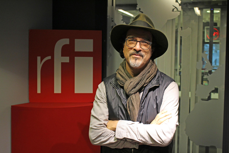 عتیق رحیمی در استودیو رادیو بین المللی فرانسه