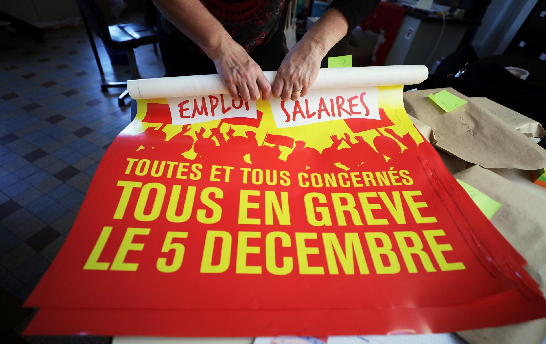 """Активисты французского профсоюза ВКТ (CGT) готовят плакаты с призывом к стачке """"Все на забастовку 5 декабря"""""""