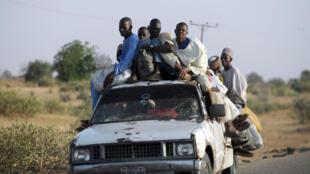 Des Nigérians fuient la ville de Baga, dans l'Etat de Borno.