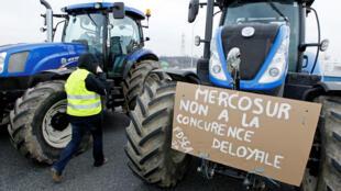 Nông dân Pháp lái máy cày trên xa lộ A7 để phản đối đàm phán về Mercosur, ở Pierre-Benite, gần Lyon, 21/02/2018.