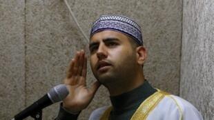 Firas Kazaz, un muezzin palestinien appelle à la prière de la mosquée Al-Aqsa à Jérusalem, le 21 novembre 2016.