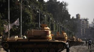 Tanques de guerra protegem fachada do Palácio Presidencial no Cairo