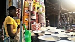 Au grand marché de Dantokpa, à Cotonou, on trouve beaucoup de marques de riz asiatique, mais peu de riz béninois.