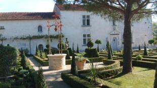 «Le Bâtiment, logis du 18e siècle, avec sa porte d'entrée à la Serlio et ses fenêtres à meneaux», peut-on lire sur le site officiel du jardin.