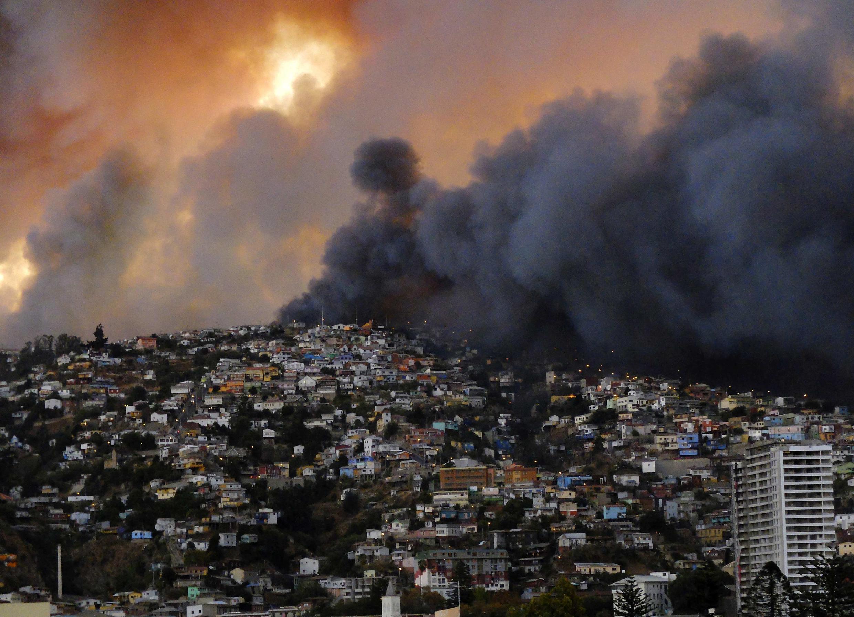 Cortina de fumaça se alastra da periferia em direção ao centro de Valparaiso