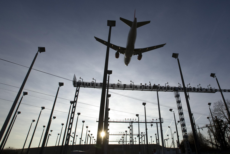 Os prejuízos acumulados pelas companhias aéreas é destaque nos jornais franceses Les Echos et Le Figaro