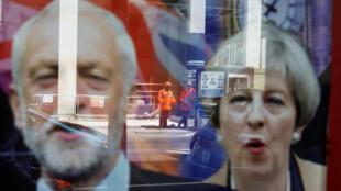 一家商店玻璃窗透射出的工黨領袖科爾比與英國首相特蕾莎梅的招貼
