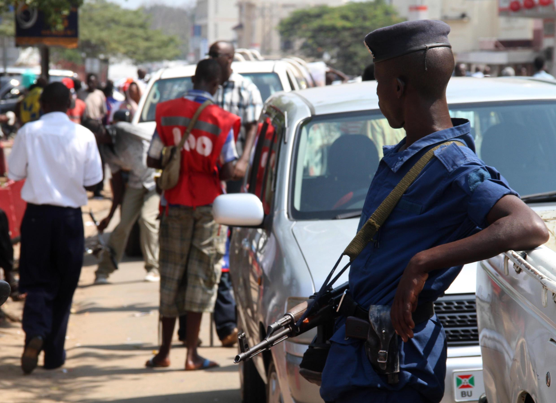 Depuis le 6 juillet 2016, les transports en commun ont interdiction de traverser la frontière entre le Rwanda et le Burundi. Ici, un policier dans une rue de Bujumbura, le 6 juillet 2015. (Photo d'illustration)