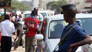 Un policier dans une rue de Bujumbura, le 6 juillet 2015.