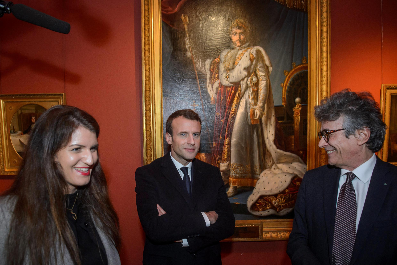Le président de la République française, Emmanuel Macron, devant le portrait de Napoléon 1er avec la ministre Marlène Schiappa et le directeur Philippe Costamagna, le 6 février 2018 au palais Fesch-Musée, le musée des beaux-arts d'Ajaccio.