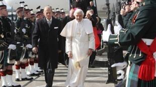 Giáo hoàng Benedicto 16 cùng với hoàng thân Philip được đội quân danh dự đón chào, tại sân bay Edinburgh (Scotland) ngày 16/09/2010