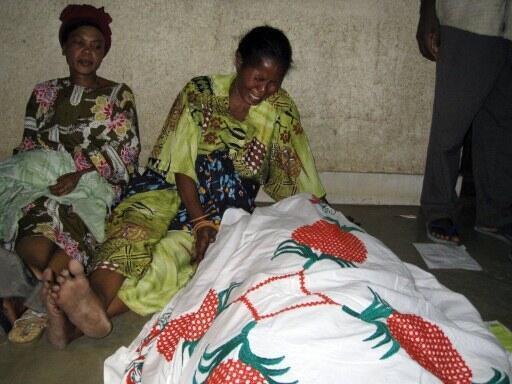 L'une des victimes de la fusillade de Gatumba pleurée par sa famille, le 19 septembre 2011.