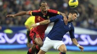 Vincent Kompany et Olivier Giroud se disputent le ballon, lors du dernier France-Belgique, le 15 novembre 2011, au Stade de France.