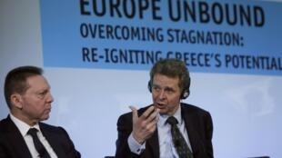 Paul Thompson, do FMI (à dir.) e o ministro das Finanças da Grécia, Yannis Stournaras, durante entrevista coletiva em Atenas, em 15 de abril de 2013.
