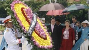 Thủ tướng New Zealand John Key (giữa) và Đại sứ New Zealand tại Việt Nam Heather Riddel (thứ hai từ phải qua) trong lễ đặt vòng hoa tại lăng chủ tịch Hồ Chí Minh ngày 11/7/2010.