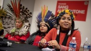 """A líder Sônia Guajajara (centro) denuncia mais """"um crime brutal"""" contra a etnia Guajajara."""