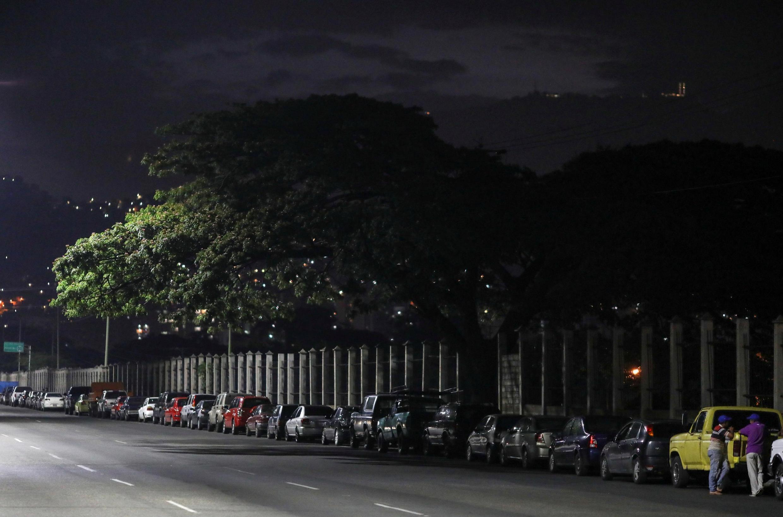 Des Vénézuéliens attendent pour tenter de faire le plein devant une station d'essence, à Caracas le 7 juin 2020 (photo d'illustration)