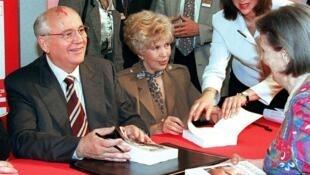 """Cựu tổng bí thư đảng Cộng Sản Liên Xô, Mikhail Gorbatchev và vợ, Raisa Gorbacheva ký tặng hồi ký """"Cuộc sống và Cải tổ"""" tại Galeries la Fayette, Paris ngày 30/09/1997."""