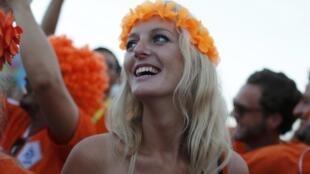 Nữ cổ động viên Hà Lan tươi cười trước thành tích đội nhà.