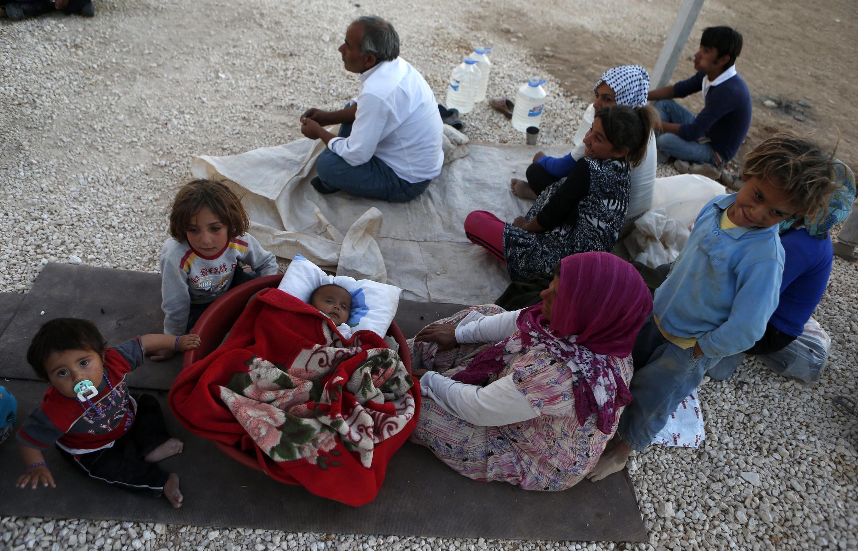 Des réfugiés syriens kurdes à la frontière turco-syrienne, le 10 octobre 2014.