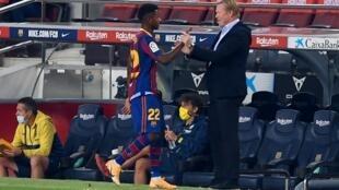 L'entraîneur néerlandais de Barcelone Ronald Koeman (R) accueille l'attaquant espagnol de Barcelone Ansu Fati, lors du match de football de la ligue espagnole FC Barcelone contre Villarreal CF au stade Camp Nou à Barcelone, le 27 septembre 2020.