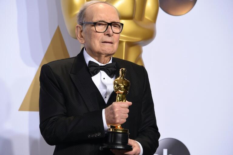 El compositor de música italiano Ennio Morricone posa con el premio Oscar por la banda sonora 'The Hateful Eight', en la sala de prensa de los galardones de Hollywood, el 28 de febrero de 2016