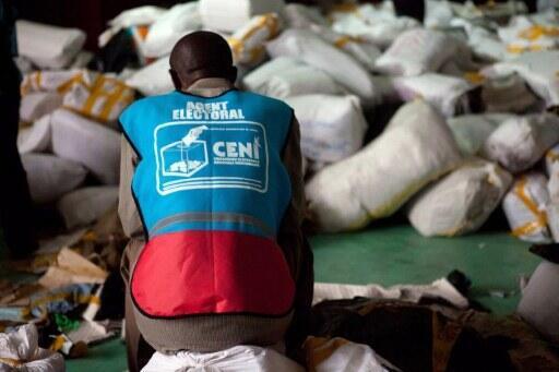 Un agent électoral de la Céni au milieu des sacs de bulletins de vote, en décembre 2011.