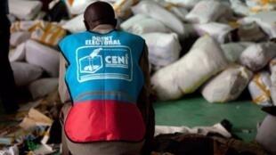 Kinshasa, 3 décembre 2011. Un agent électoral de la Céni au milieu des sacs de bulletins de vote.