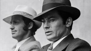 Jean-Paul Belmondo và Alain Delon cùng với chiếc mũ phớt Borsalino, trong một phim của Jacques Deray, năm 1970, tại Paris.
