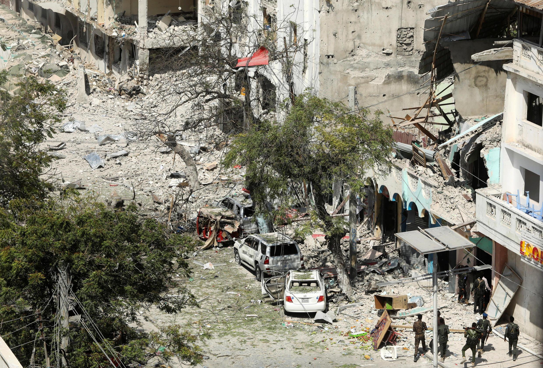 Les forces de sécurité sur les lieux de l'attaque à la voiture piégée survenue dans le quartier des affaires de Mogadiscio, le 28 février 2019.