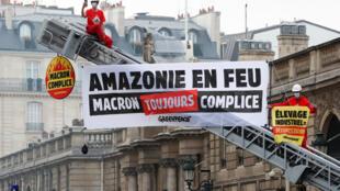 Ativistas do Greenpeace estão em um caminhão de bombeiros durante uma ação em frente ao Palácio Elysee para protestar contra os contínuos danos à floresta tropical amazônica, em Paris, França, em 10 de setembro de 2020.