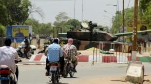 IMAGE À Ndjamena, les chars sont déployés aux abords du palais présidentielle du Tchad, le 20 avril 2021.