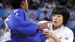 La cubana Dayaris Mestre Alvarez (izq.) enfrenta a Haruna Asami de Japón, en la categoría 48 Kgs, en el Campeonato Mundial de Judo, el 23 de agosto de 2011.