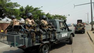 Des soldats de la Garde présidentielle arrivent au port d'Abidjan, le 18 janvier 2016.