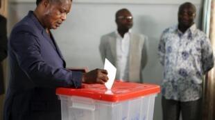 Le président congolais Denis Sassou-Nguesso lors du vote sur le changement de Constitution, le 25 octobre 2015 à Brazzaville : Paulin Makaya est l'un des premiers hommes politiques congolais à s'être opposé à la modification de la Constitution.
