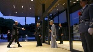 Tổng thống Philippines Benigno Aquino (T) gặp Nhật hoàng Akihito và Hoàng hậu Michiko, 03/06/2015.