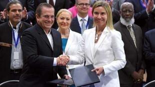 La jefa de la diplomacia de la UE, Federica Mogherini estrecha la mano del canciller ecuatoriano Ricardo Patitño durante la firma de un borrador de acuerdo que establece la creación de la Fundación UE-CELAC.