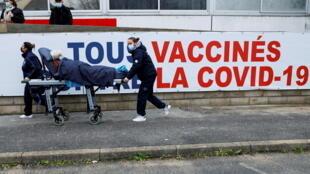 12 февраля министр здравоохранения Оливье Веран посетил административный центр департамента Мозель — город Мец. Эпидемиологическая ситуация здесь вызывает особое беспокойство властей.