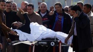 Correligionários acompanham Hosni Mubarak durante sua transferência do hospital militar do Cairo para o tribunal, neste sábado (29).