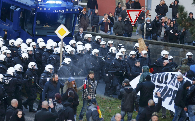 Cảnh sát xịt hơi cay giải đám biểu tình quá khích của phong trào Pegida ngày 09/01/2016 tại thành phố Koln, tây nam Đức.