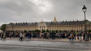 La cour de l'hôtel militaire des Invalides à Paris, un monument qui héberge entre autres le tombeau de Napoléon, est ouverte au public ce dimanche.