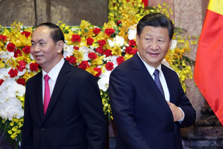 Chủ tịch Việt Nam Trần Đại Qung (trái) và chủ tịch Trung Quốc Tập Cận Bình tại Hà Nội hôm 13/11/2017.