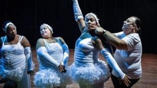 Grupo cubano Danza Voluminosa ensaiando no Teatro Nacional, em Havana.