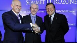 Thủ tướng Hy Lạp G. Papandreou (trái), Chủ tịch Hội đồng Châu Âu H. Van Rompuy (giữa) và Chủ tịch Ủy ban Châu Âu J.-M. Barroso (phải) tại hội nghị đặc biệt về khu vực euro,  Bruxelles, 21/7/2011.