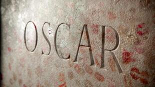 La tombe d'Oscar Wilde recouverte de rouge à lèvre, au cimetière du Père-Lachaise, à Paris.
