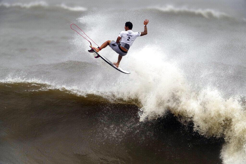 O brasileiro Gabriel Medina durante as quartas de final da competição de surfe masculino nos Jogos Olímpicos de Verão de 2020, terça-feira, 27 de julho de 2021, na praia de Tsurigasaki, em Ichinomiya, Japão.