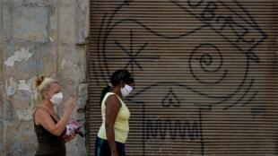Une rue de La Havane, ce mardi 24 mars. Cuba fermera ses frontières aux touristes pendant un mois et isolera dans les hôtels ceux qui restent.