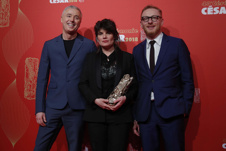 Продюссеры фильма «120 ударов в минуту» Юг Шарбонно, Мари-Анж Лучани (в центре) и режиссер Р.Кампийо (слева)