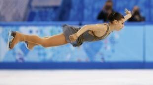Аделина Сотникова в прыжке во время исполнения произвольной программы 20/02/2014